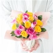 20本バラのスタンディングブーケ ピンクイエロー系 花瓶いらずの花束 生花 フラワーギフト 送料無料