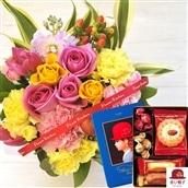 花とスイーツのセット バラのアレンジメント(ピンクイエロー系のミックス) と 赤い帽子ブルーボックス(クッキー) のセット フラワーギフト 送料無料